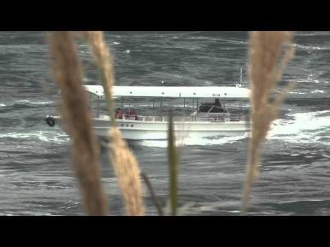 """伯方島と向かいの鵜島の間にある""""船折瀬戸""""は潮の流れが川の流れのように激しく、観光船がフルパワーで流れに流されないよう進む光景は見物です。"""