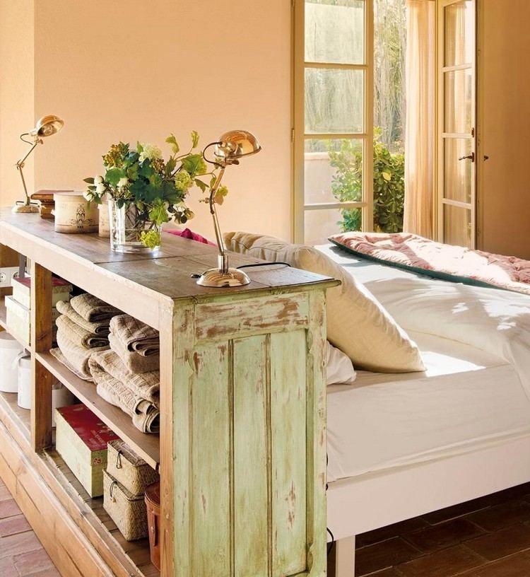 tête de lit avec rangement en bois massif, literie blanc neige, peinture beige clair et sol en bois massif