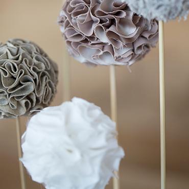 des pompons en tissu fleurs pinterest couture tissu et deco. Black Bedroom Furniture Sets. Home Design Ideas
