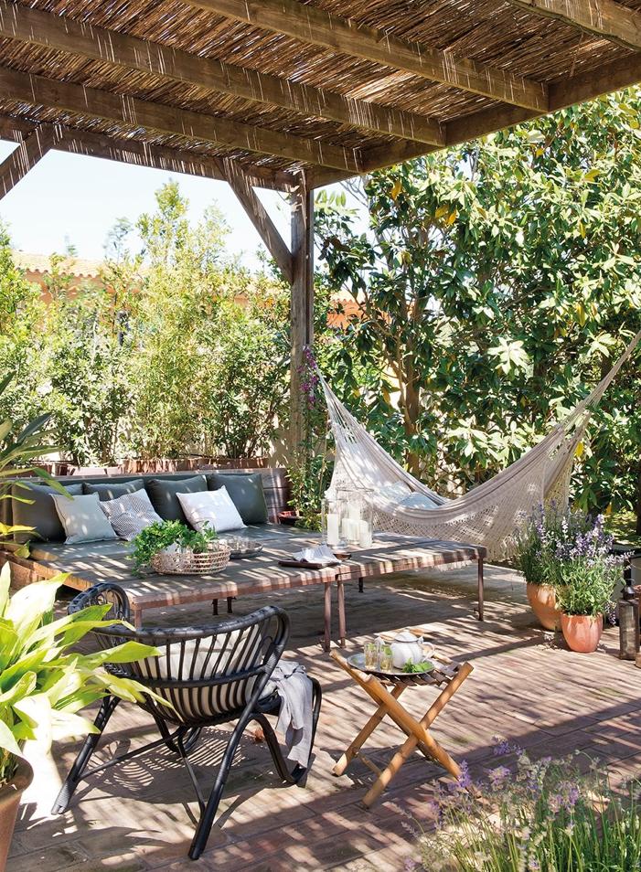 Formados por bancos, cadeiras, sofás, redes e mesas, esses espaços são  ideias para leitura ao ar livre e … | Varandas rústicas, Ideias de quintais,  Pérgula em pátio