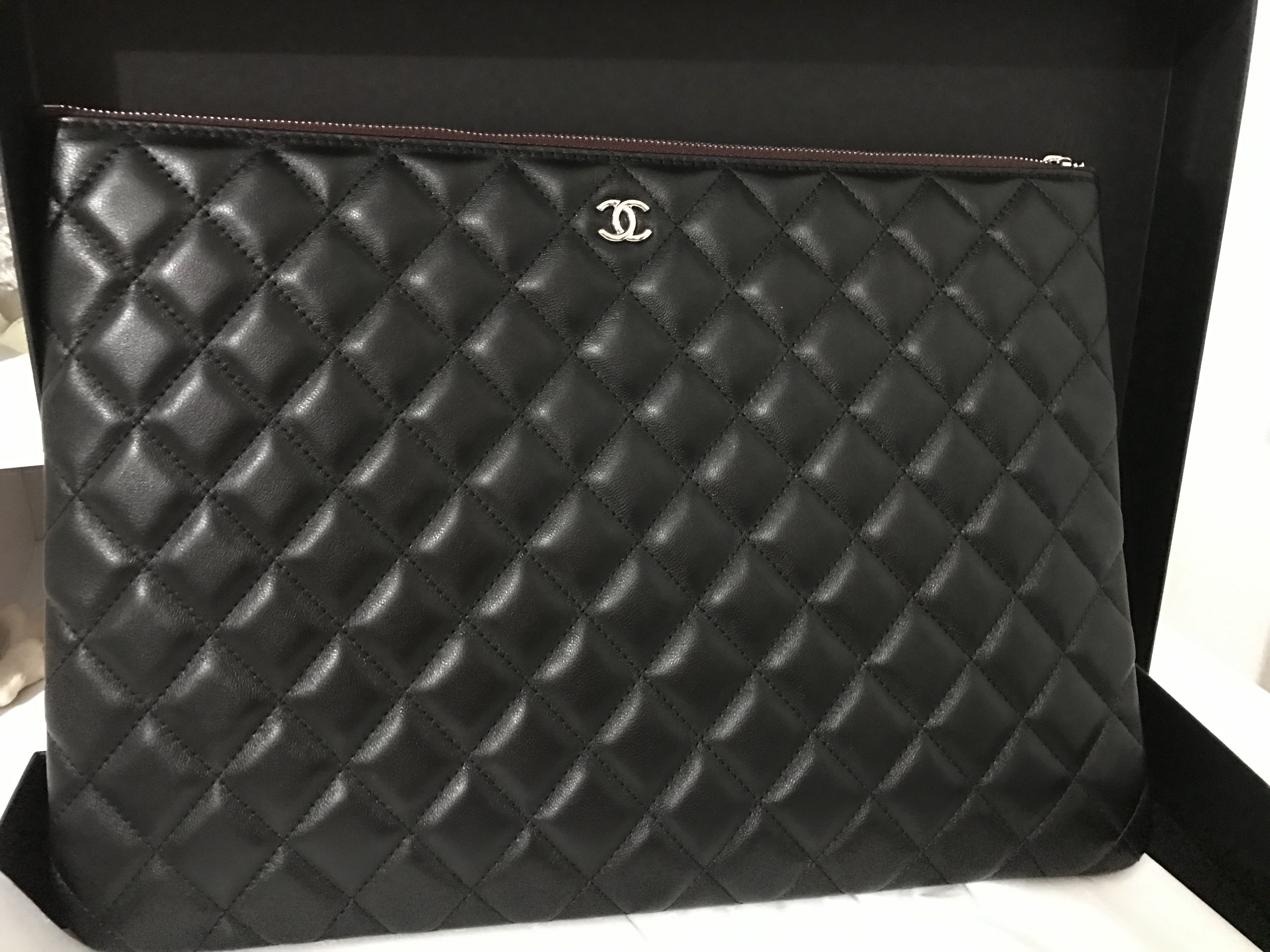 f6fe3250669385 Chanel, Chanel Clutch, Chanel Classic, Chanel Black Clutch, Clutch bag,  Pouch, Chanel O Case, Chanel Caviar, Chanel Lamb Skin Clutch.