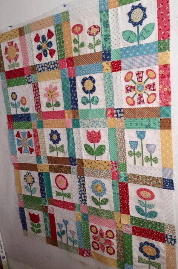 Bloom Quilt Using Sew Simple Shapes By Lori Holt Flower Quilts Applique Quilt Patterns Applique Quilting
