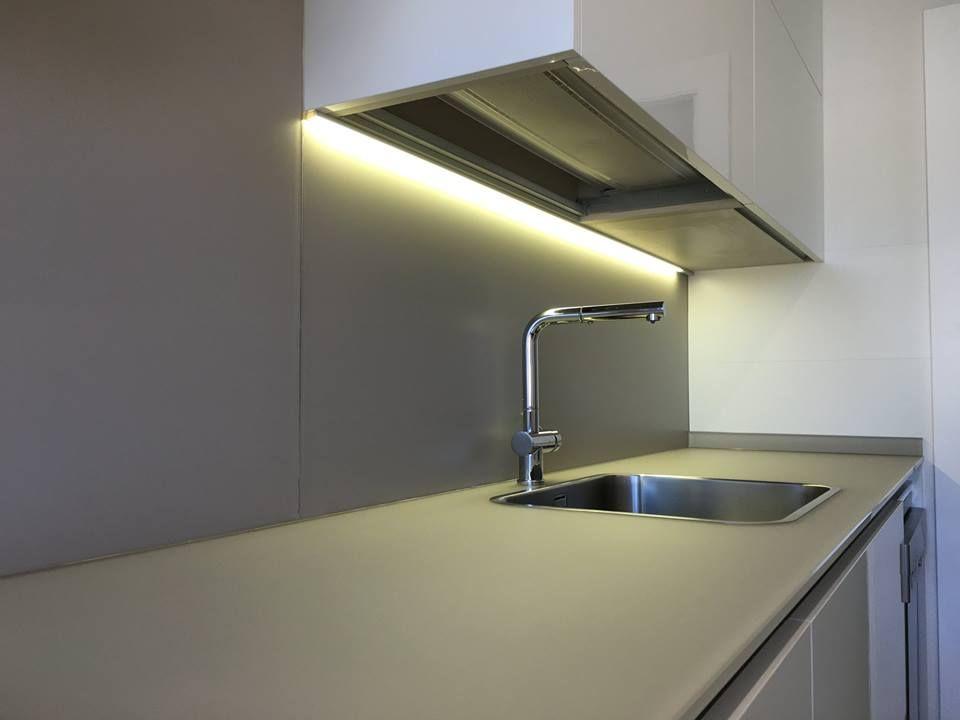 Cocina moderna con iluminación bajo el mueble. | Cocinas modernas ...