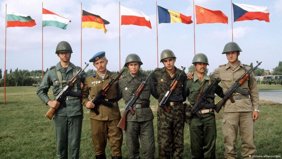 Warsaw Pact soldiers posing together via reddit - Historical Times