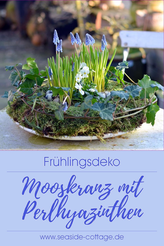 Photo of Frühlingsdeko DIY: Mooskranz mit Perlhyazinthen und Hornveilchenwww.seaside-cot…