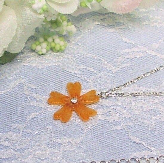 春の野山を美しく彩るシバザクラをガラスで表現しました。花の中心には、キュービックジルコニア(2.5mm)を埋め込み、動くたびにダイヤモンドを思わせる輝きを放ち...|ハンドメイド、手作り、手仕事品の通販・販売・購入ならCreema。