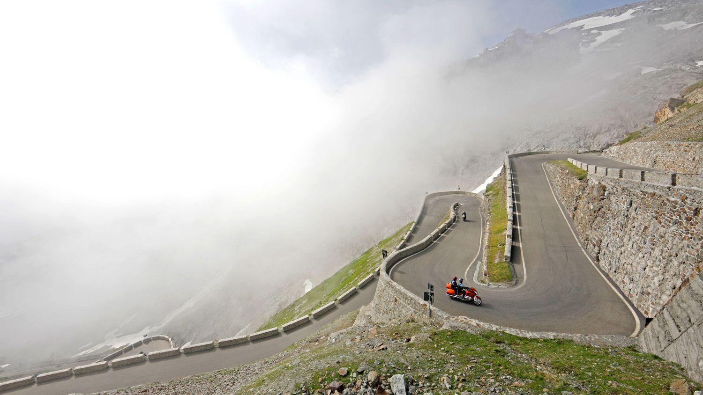 Eine Herausforderung für alle Motorradfahrer - das Stilfserjoch in Südtirol