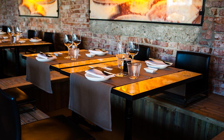 Pin di sedie tavoli ristoranti maiero su arredi eseguiti for Arredamenti ristoranti