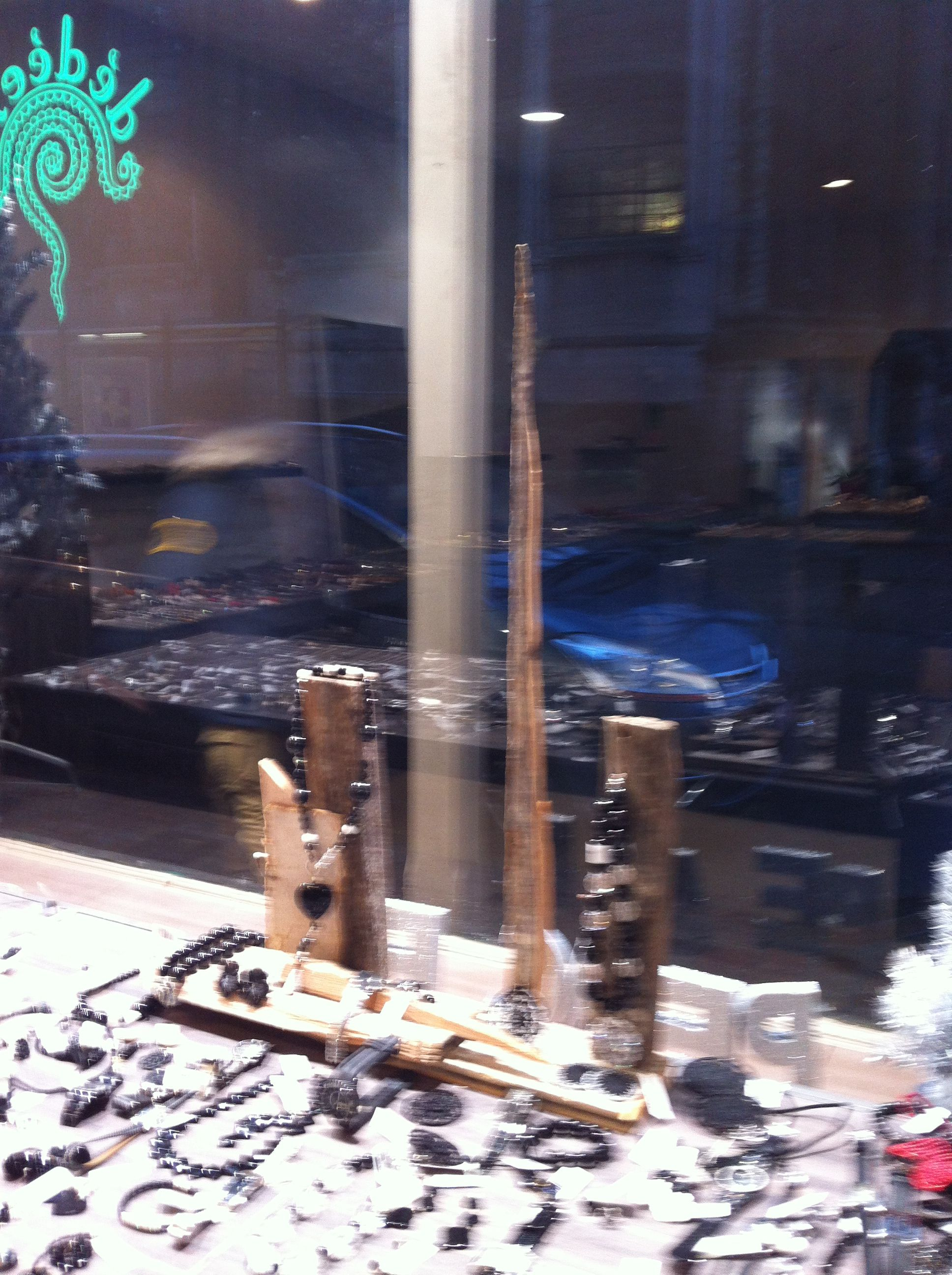 #belgicaturismo Que originales los escaparates de las tiendas de este barrio de #Bruselas, le llaman IXL.