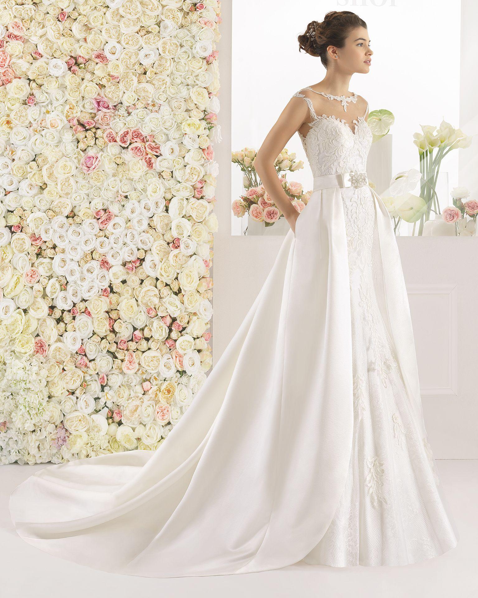 Brautkleid aus Spitze mit Strassbesatz. Aire Barcelona Kollektion ...