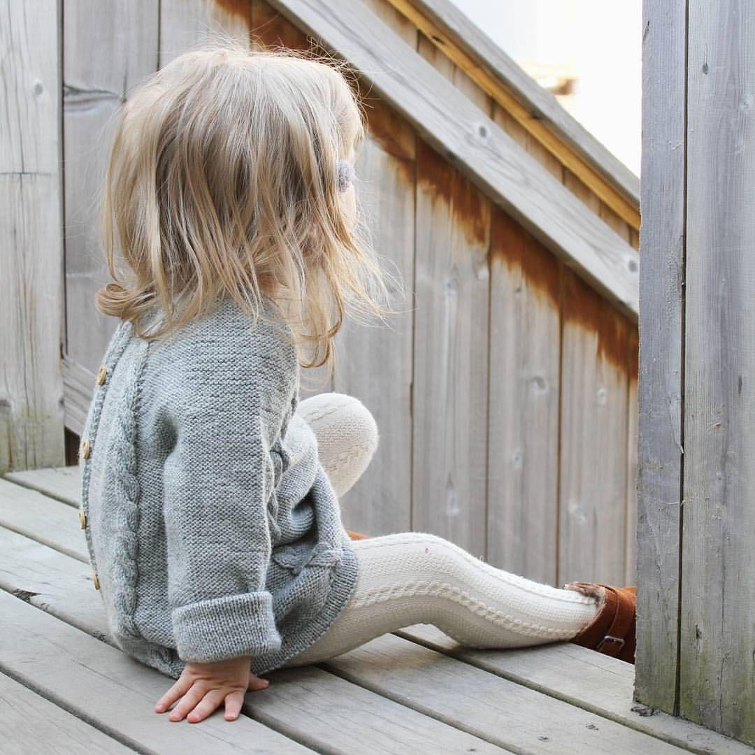 Sitter og speider etter fuglene mens hun venter på at pappaen skal bli klar til å dra på vaffelbesøk   #ministrikk @ministrikk #knapperbakgenser