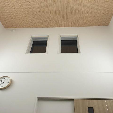 我が家の 勾配天井 天井クロスは木目調 明かり取りと見た目で2連の Fix 窓 ホントは3連にしたかった 火災警報器は高いため電源タイプ 高さを測ってみたら4 65mありました 時計は妹弟に結婚祝いでもらった Rikiclock です 一条工務店