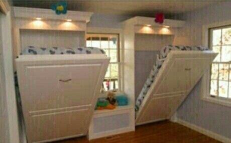Camas retráteis, que se guardam verticalmente nas paredes, para abrir espaço no quarto de crianças.