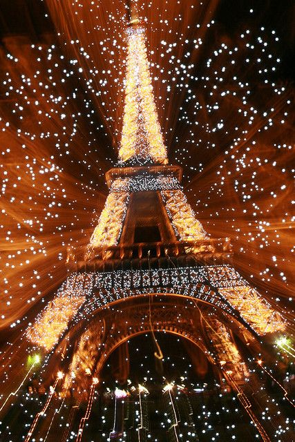 Eiffel tower fireworks explosion on new year 39 s at paris for Paris night time