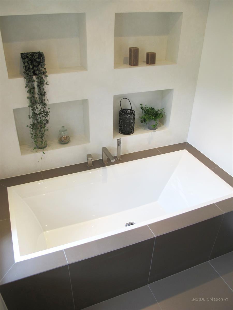Baignoire encastrée et niches de rangement dans Salle de bain béton ...