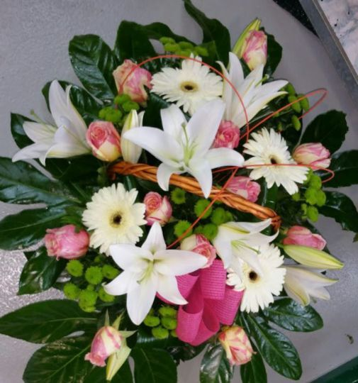 Cesta De Flores Para Regalar Enviada Por La Floristeria De Pontevedra Floristerías Flores Cestas De Flores