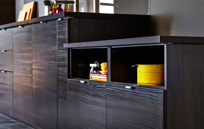 Eine Reihe Dunkler METOD Unterschränke Mit TINGSRYD Türen Holzeffekt Schwarz
