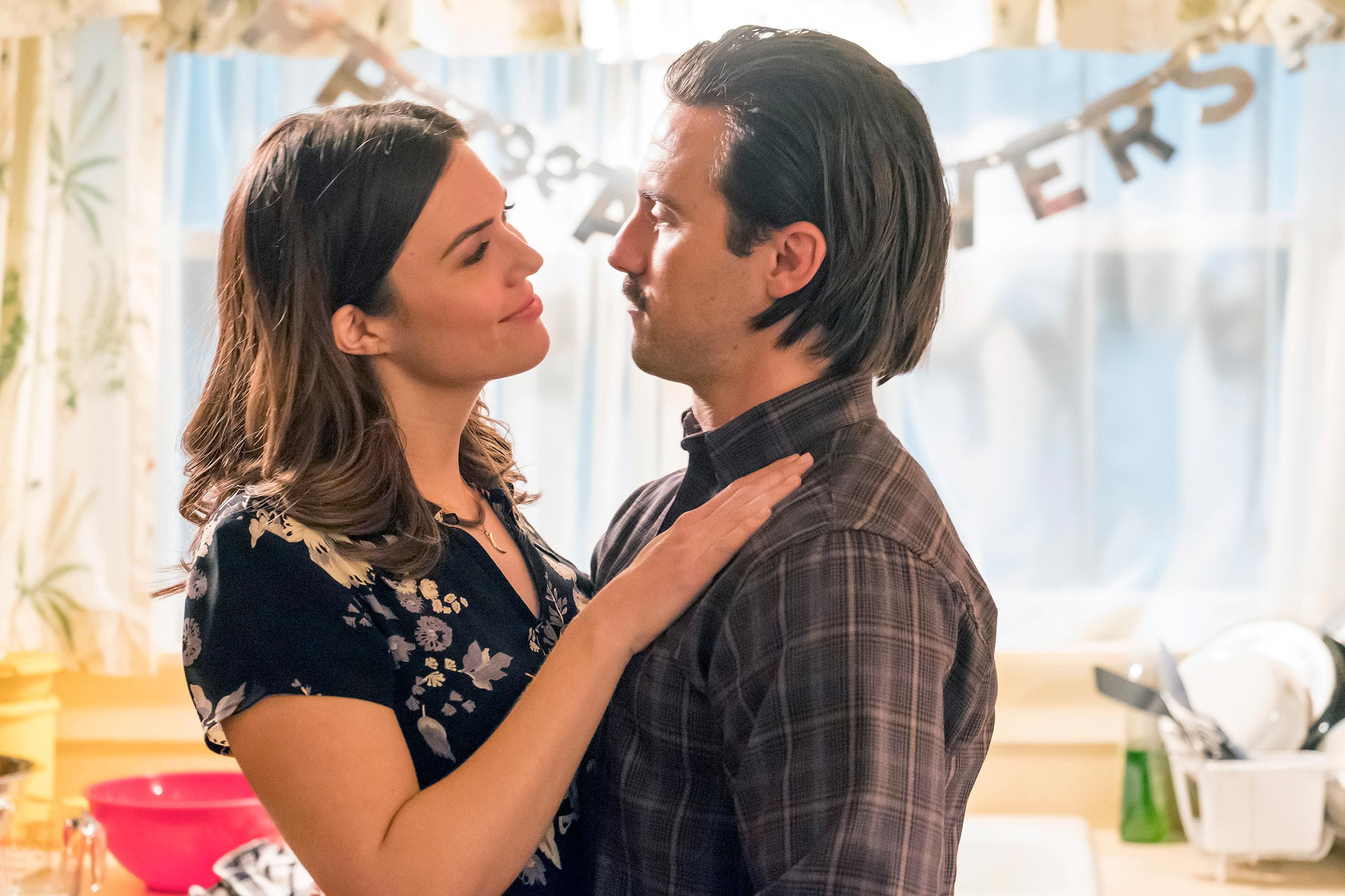This Is Us Star Mandy Moore Says Jack And Rebecca S Anniversary Episode Will Be Bittersweet Tv Couples Best Tv Couples Mandy Moore