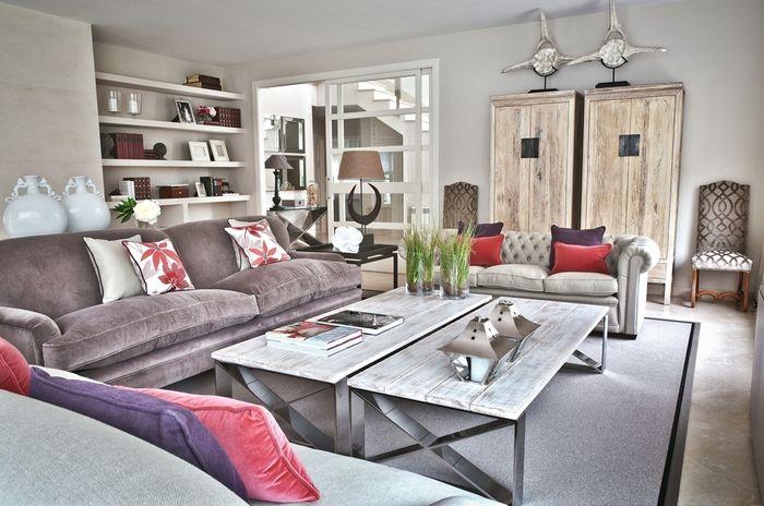 Sal n con sof modelo chester de color gris con cojines de diferentes colores combinado con dos - Interiorismo salones modernos ...