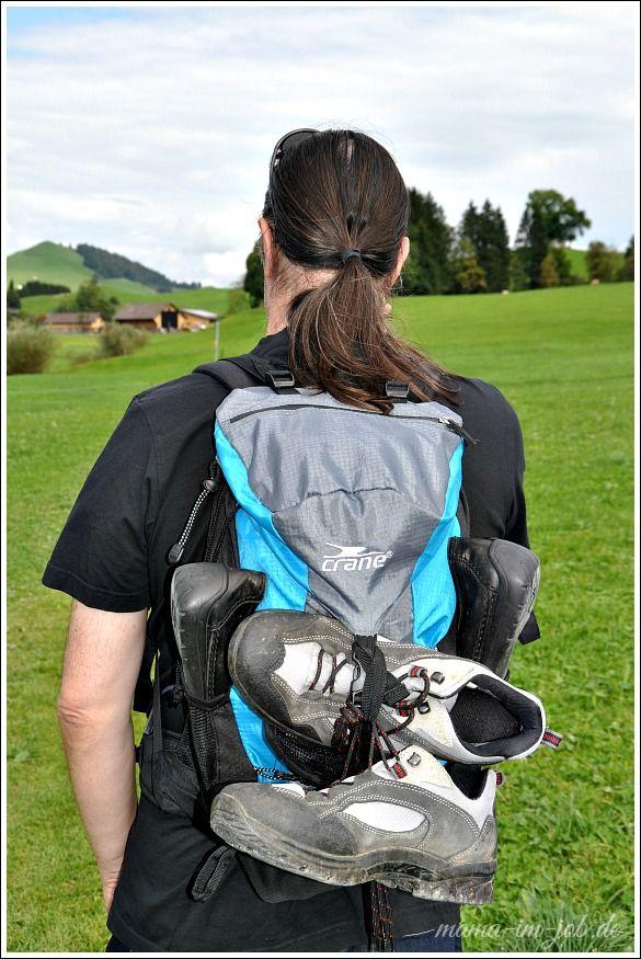 Die Schuhe könnt ihr getrost an den Rucksack binden - die werden auf dem Barfussweg nicht gebraucht. Foto: Petra A. Bauer 2014.