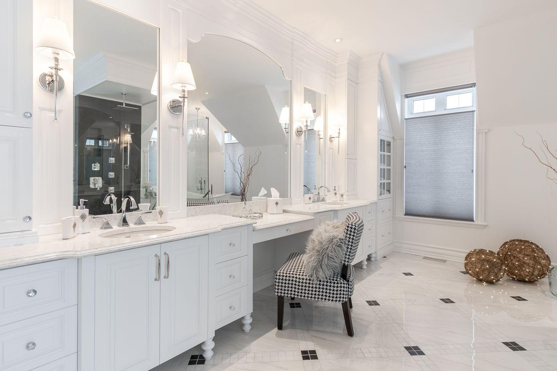 Salle de bains classique, blanche avec comptoirs de quartz ...
