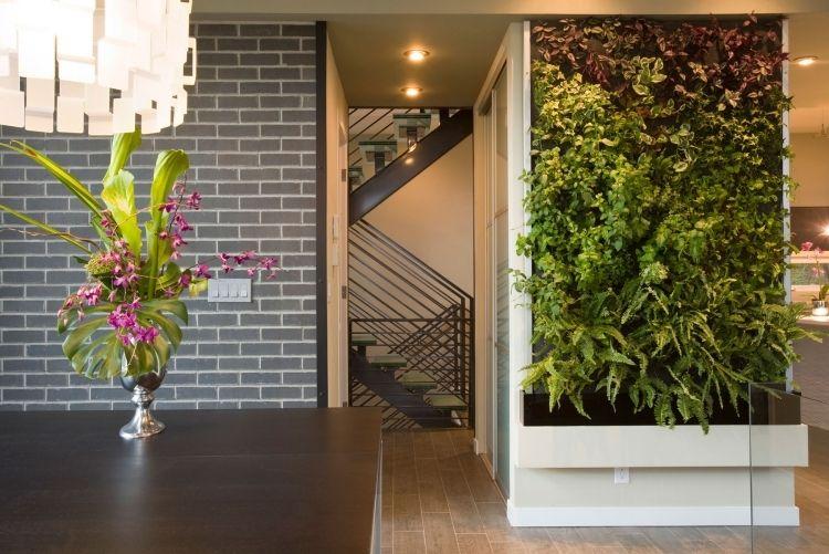 Kronleuchter Treppe ~ Vertikaler garten treppe backsteinwand grau tisch vase kronleuchter
