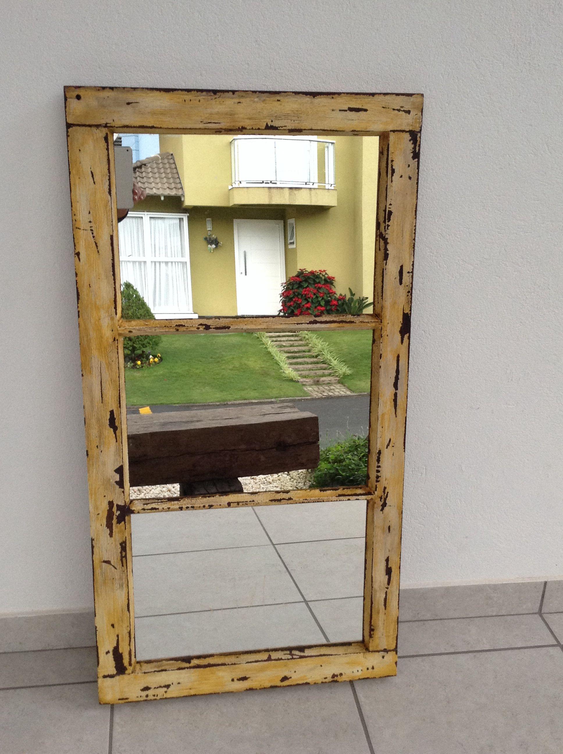 Espelho feito de janela de demolição. | madeira demolição ...