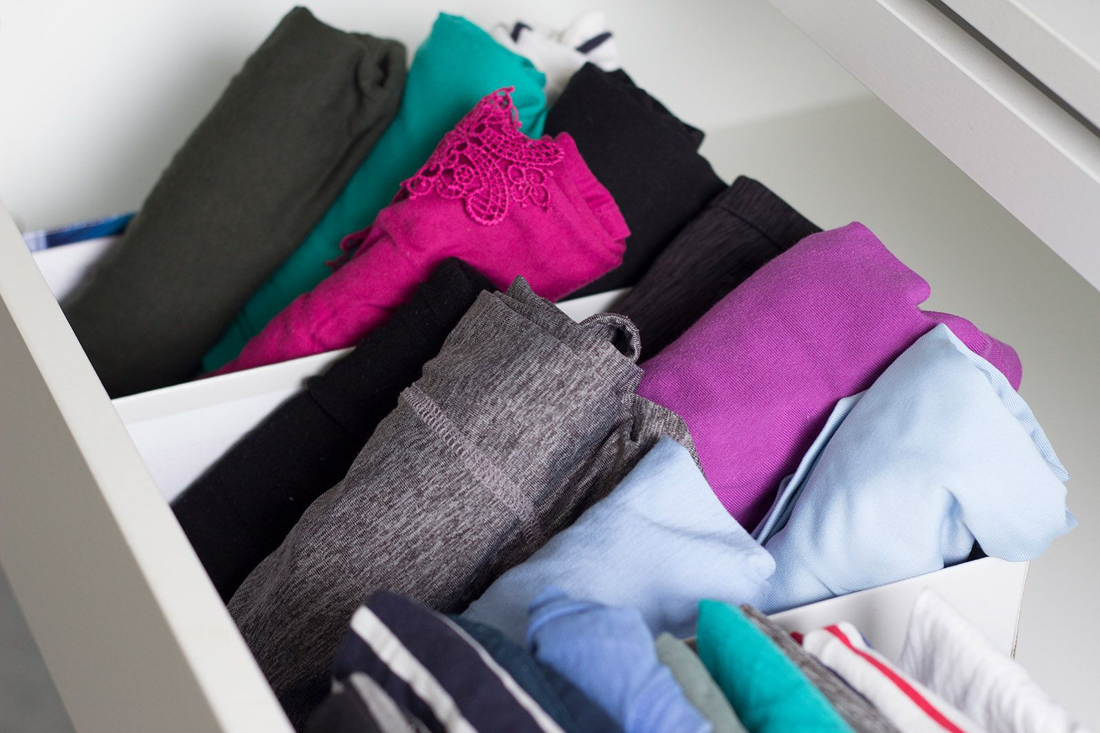 kleiderschrank ausmisten tipps f r mehr ordnung im schrank praktische ideen kleiderschrank. Black Bedroom Furniture Sets. Home Design Ideas