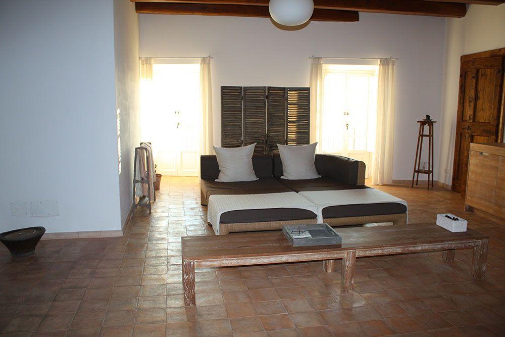 Camera da letto con pavimento in cotto fatto a mano colore chiaro stonalizzato