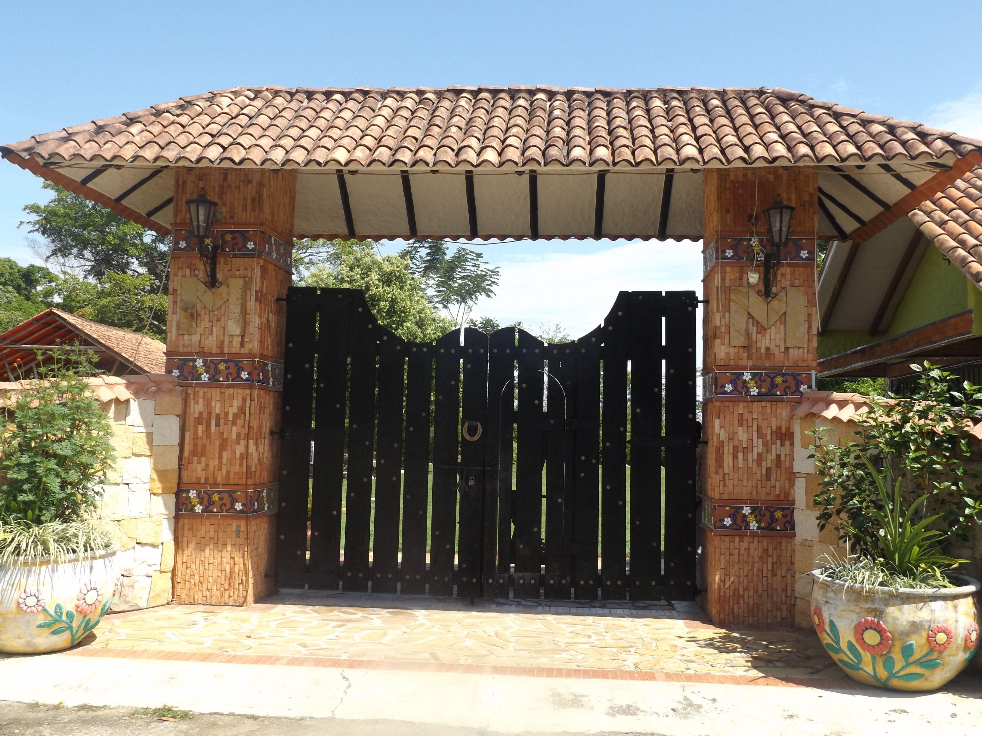 Utilizaci n de piedra en fachadas modernas sitio for Portones de entrada principal
