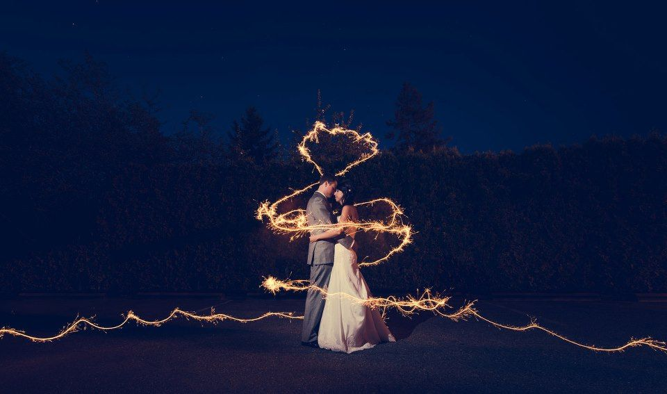 light painting couple wedding sparklers