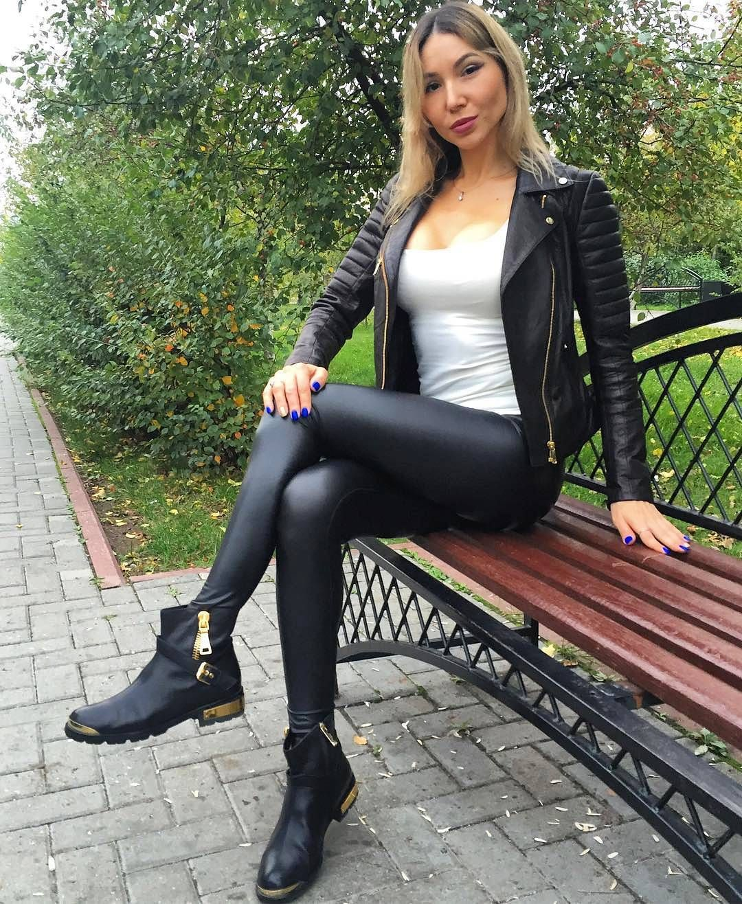 Vinyl leggings und high heels 10