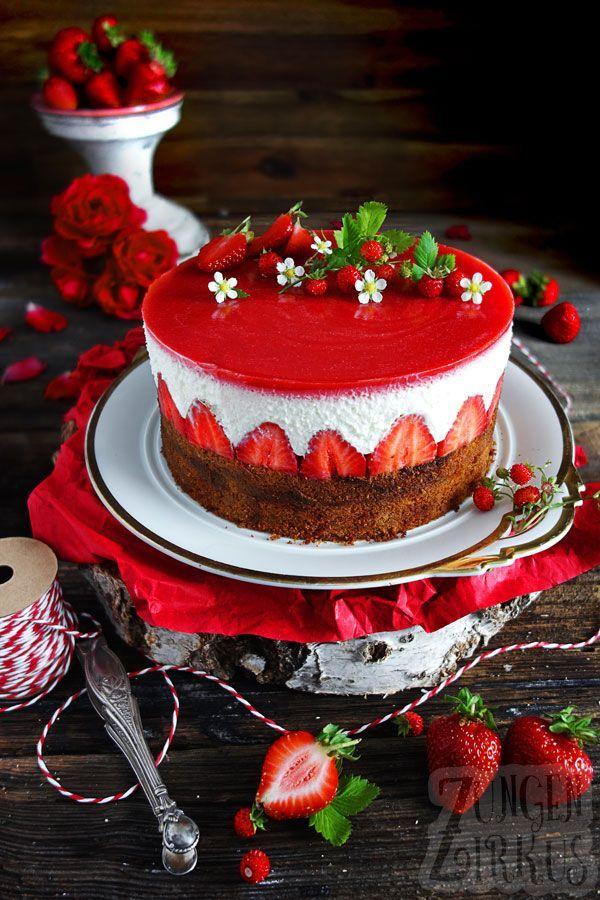 Sommerliche Baumkuchentorte mit Erdbeeren, Joghurtsahne & Erdbeerspiegel - Zungenzirkus
