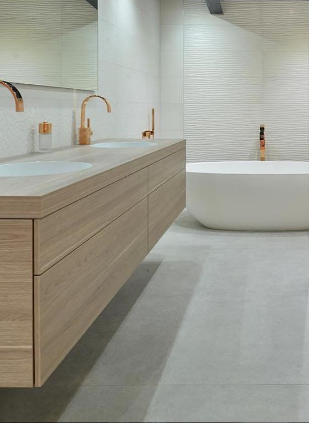 salle de bain design blanche et doree