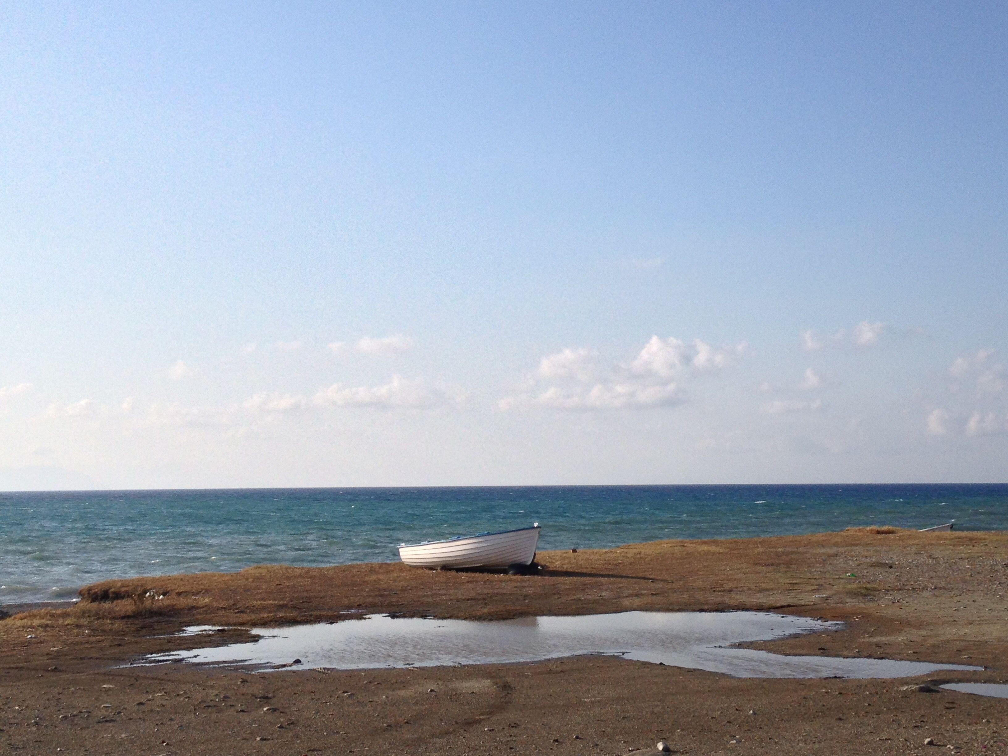 Torna il bel tempo ed una passeggiata al mare è obbligatoria ! Chissà questi colori potrebbero ispirarmi! 🌴😀🌈 Intanto questa brezza marina mi fa venire i brividi, mi servirebbe quel bel copri spal…