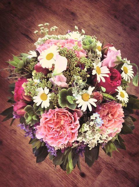 Serveandstyle Blumenstrauss Rosa Weiss Grun Blumen Wedding