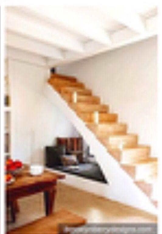 Cama bajo escalera