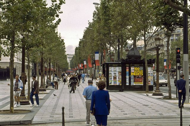 wide sidewalks | Champs-Elysees, 30 feet wide sidewalk