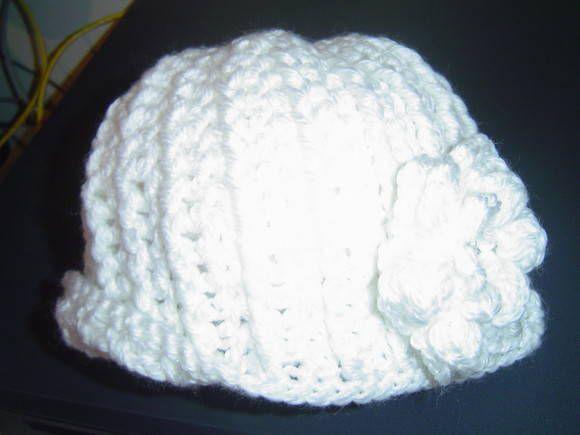 Boina confeccionada em croche, com lã na cor branca estilo retrô  e flor na lateral também em crochê.  Pode ser confeccionada em qualquer cor.Chique para este inverno!! R$ 45,00