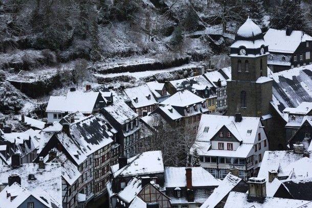 Schnee, der auf die Provinz fällt: Der Winter macht aus Monschau in Nordrhein-Westfalen ein Idyll.