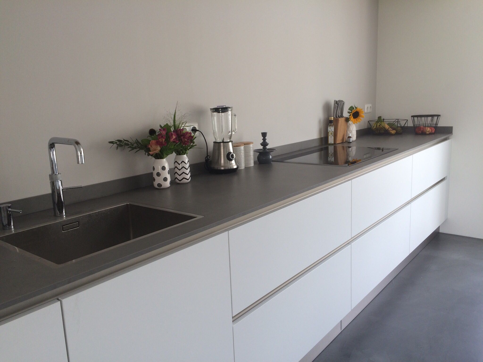 Moderne keuken strakke keuken witte keuken blad is betonlook dun