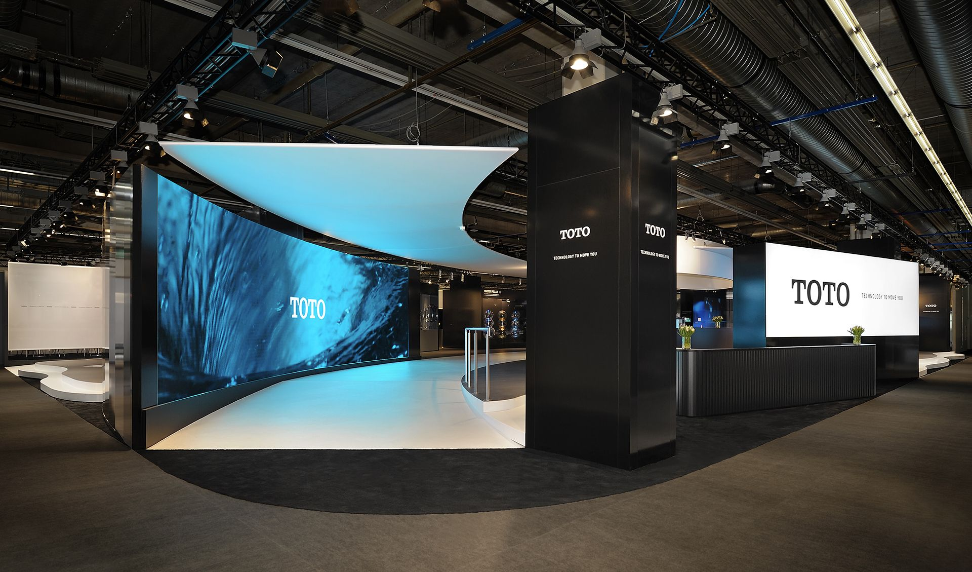 Auf Der Ish In Frankfurt Wurden Dieses Jahr Die Produkte Von Toto Sprichwortlich In Ein Besonderes Lic Messestand Design Messestandgestaltung Marktstand Design
