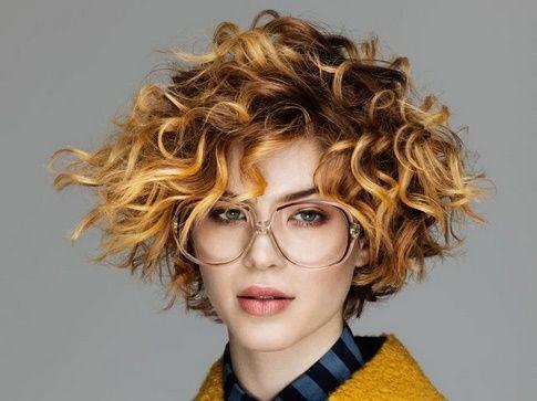 Tagli capelli ricci faccia tonda
