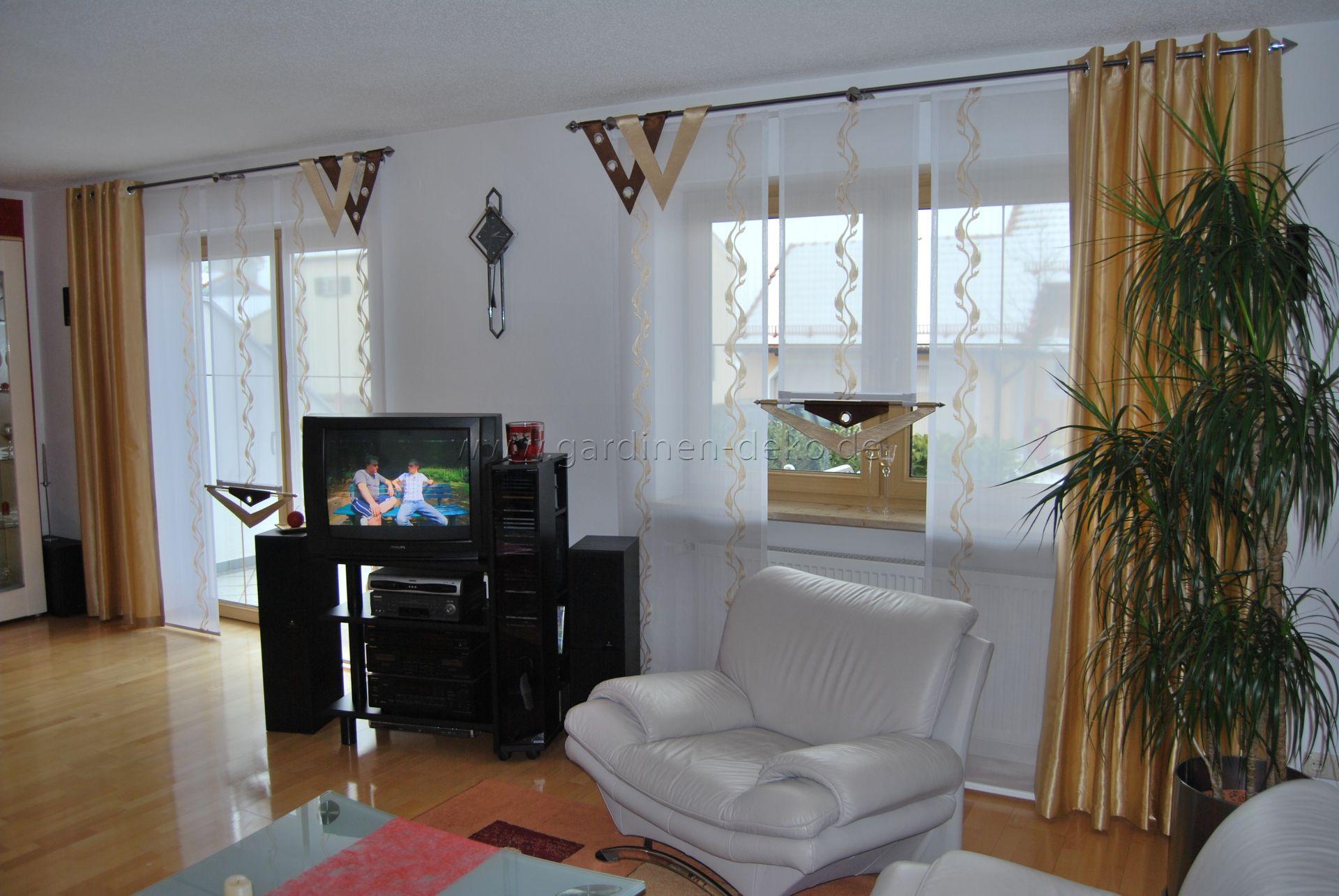 Wohnzimmer Stufengardine mit edlen Seitenschals und Doppel V