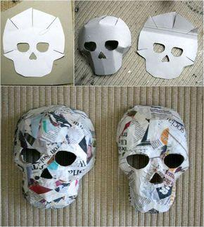Vorlagen und Anleitung für Pappmache Masken. Zum Basteln mit Pappmache brauchen Sie eine Vorlage des Totenkopfes zum Falten, Zeitungspapier und Kleister. Drucken Sie Ihre Vorlage lieber auf einen Karton, um einfacher mit dem Pappmache zu arbeiten. Vor dem Bemalen und Dekorieren sollen die Masken gut abgetrocknet sein. #halloweendekobasteln