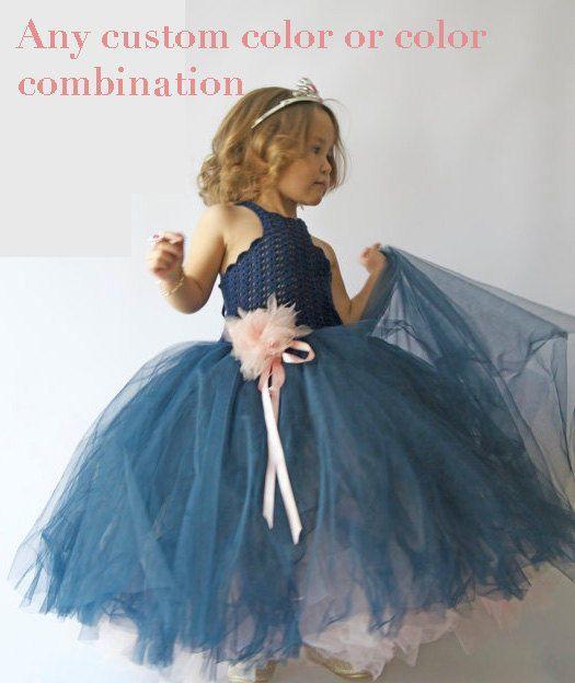 Dieses Kleid kann in einer anderen Farbe oder Farbkombination ...