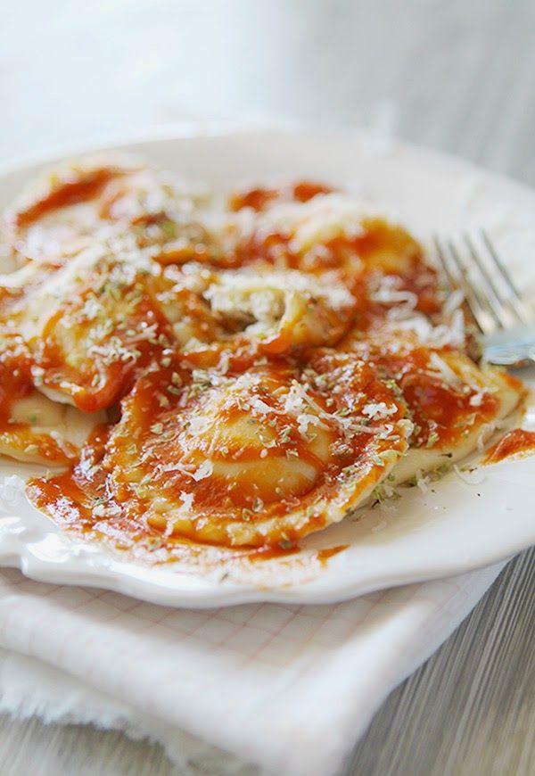 Raviolis de Ricotta y nueces con salsa de tomate especiada