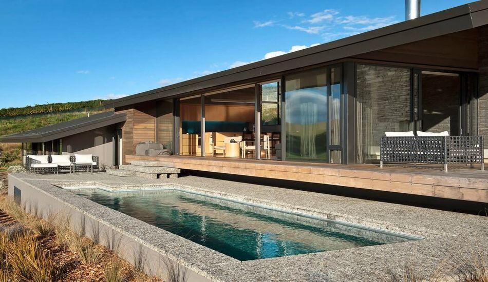 Maison bois et pierres avec une jolie petite piscine en nouvelle zélande construire tendance