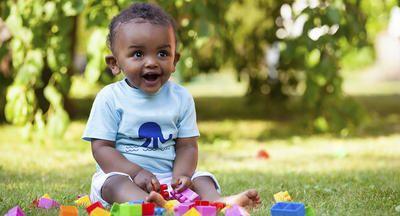 Bebé al aire libre con bloques