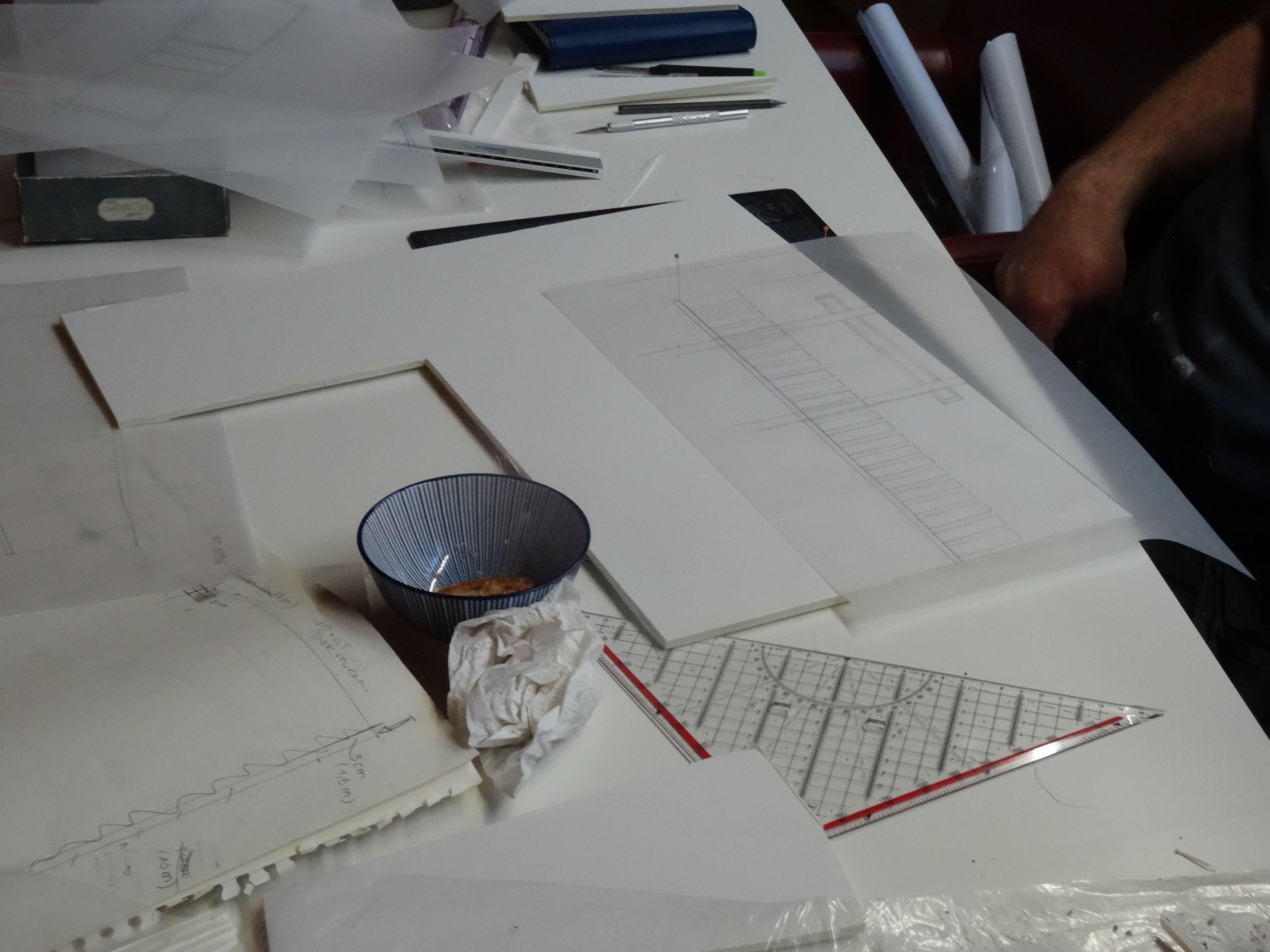 Mijn vader heeft me geleerd hoe je met kalkpapier je muren in kadapak kan uitsnijden. Je plaatst je kalk over je kadak en met naaldjes prik je de hoeken en enkele plaatsen. Zo kan je ook je rechte lijnen zien en je lat juist leggen.